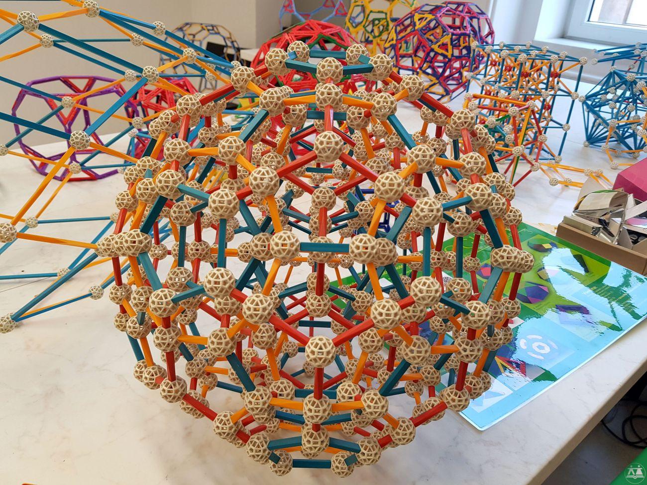 Hisa-poliedrov-drzavni-zbor-hisa-iluzij-011