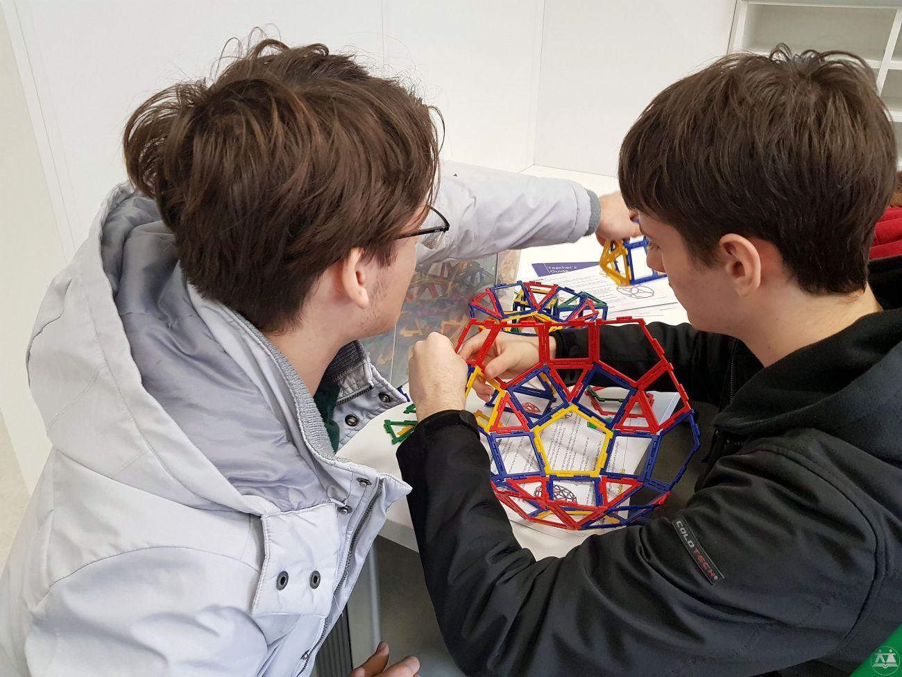 Hisa-poliedrov-drzavni-zbor-hisa-iluzij-019