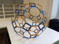 Hisa-poliedrov-drzavni-zbor-hisa-iluzij-001